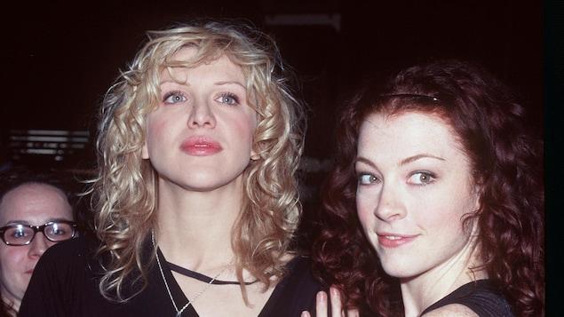 Une femme blonde et une femme rousse.