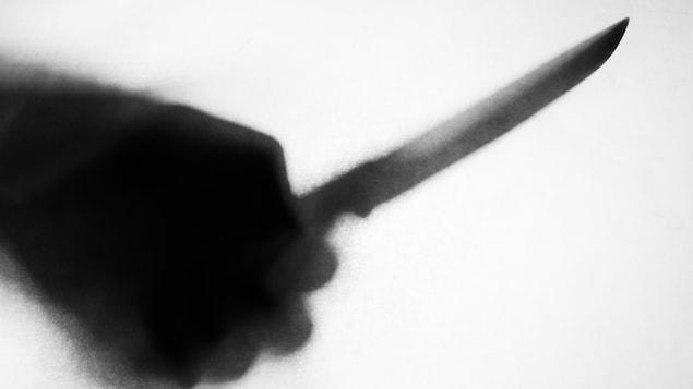 L'ombre d'une main tenant un couteau.