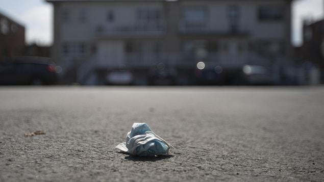 Un masque souillé a été jeté dans une rue.