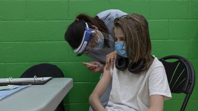 Gavin Henderson, 13 ans, reçoit sa première dose du vaccin de Pfizer à Toronto.