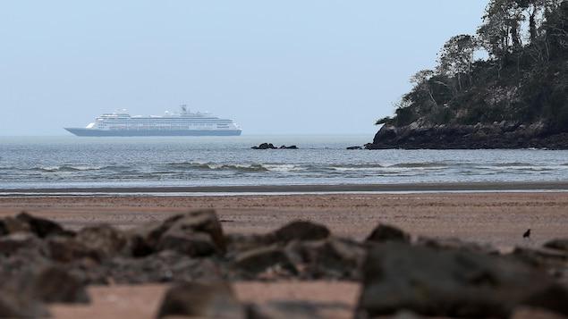 Le navire de croisière Zaandam mouille au large du Panama en attendant que le canal de Panama soit ouvert pour qu'il poursuive sa route jusqu'en Floride.