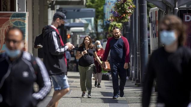 Des gens marchent le long de la rue Granville, au centre-ville de Vancouver.