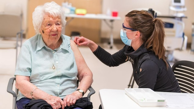 Une femme de plus de 75 ans reçoit le vaccin.