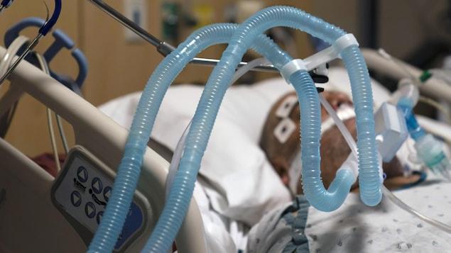Des tubes d'un ventilateur utilisé pour un patient dans un lit d'hôpital.