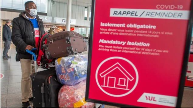 Un voyageur aérien arrive à l'aéroport Trudeau de Montréal le 22 février, le jour où tous les voyageurs arrivant de l'étranger ont dû commencer une quarantaine obligatoire de trois jours dans un hôtel désigné. Le gouvernement devrait annoncer aujourd'hui son intention d'assouplir certaines restrictions aux frontières.