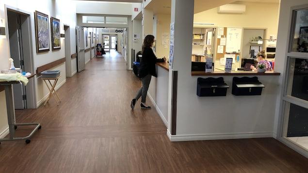 Deux employées dans leur espace de travail près d'un long corridor