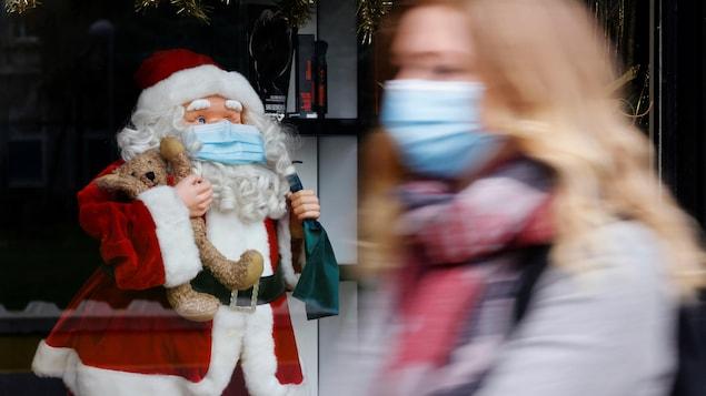 Une femme passe devant un père Noël le 30 novembre.