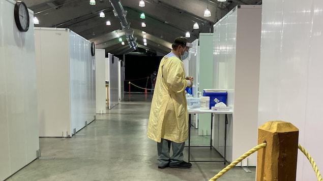 Un homme prépare un kit pour tester une personne.