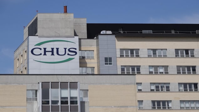 Les lettres CHUS sur une partie du bâtiment de l'hôpital Fleurimont