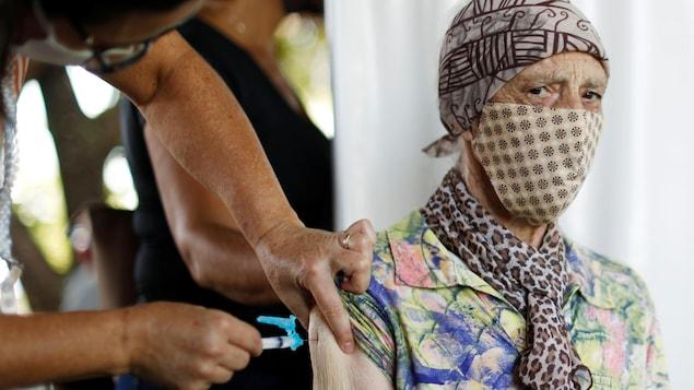 Une personne âgée reçoit le vaccin à Brasilia, au Brésil, le 2 février 2021.