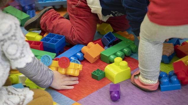 De jeunes enfants jouent avec des blocs de construction.