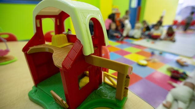 Des jouets et des enfants en arrière plan