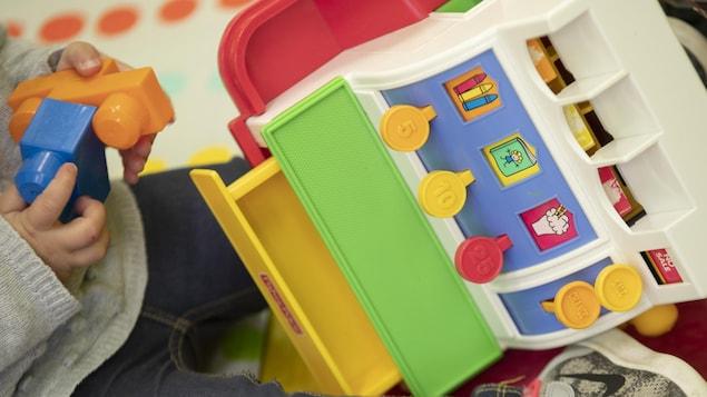 Un enfant joue dans une garderie