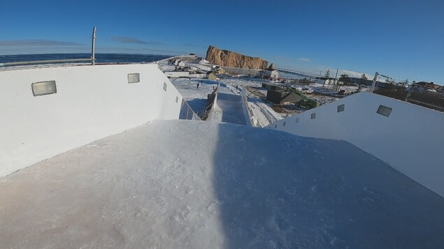 La piste du Red Bull Ice Cross avec le rocher Percé au loin