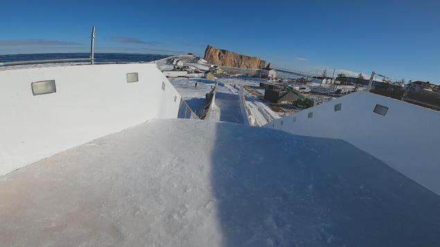 La piste du Red Bull Ice Cross avec le rocher Percé au loin