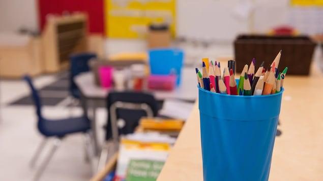 Des crayons dans une salle de classe vide.