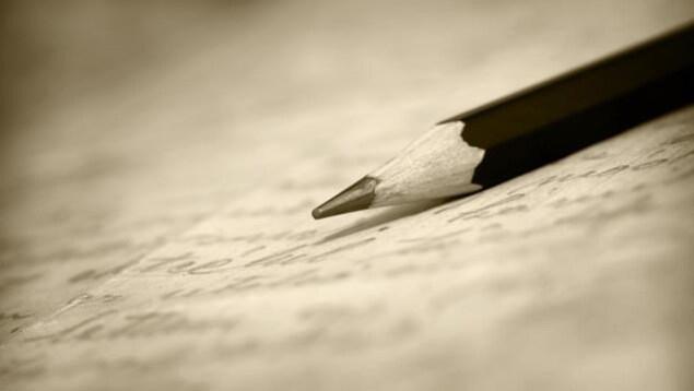 Un crayon de plomb sur une feuille de papier.