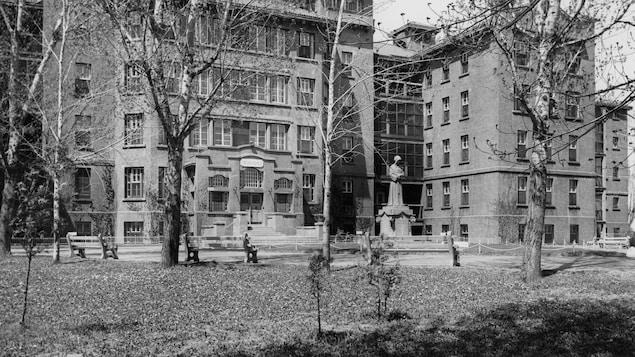 Photo en noir et blanc du bâtiment du chemin de la Côte-de-Liesse.