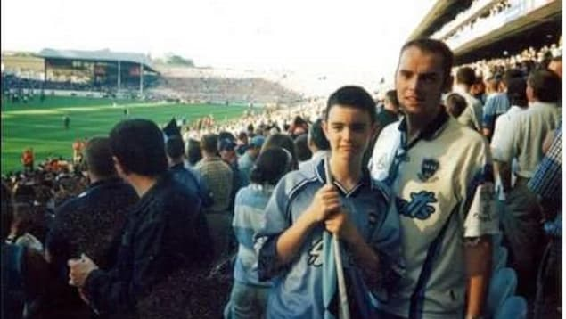 Une photo de Criostoir et son oncle Jay en 2001 lors de son premier match de football gaélique à Dublin