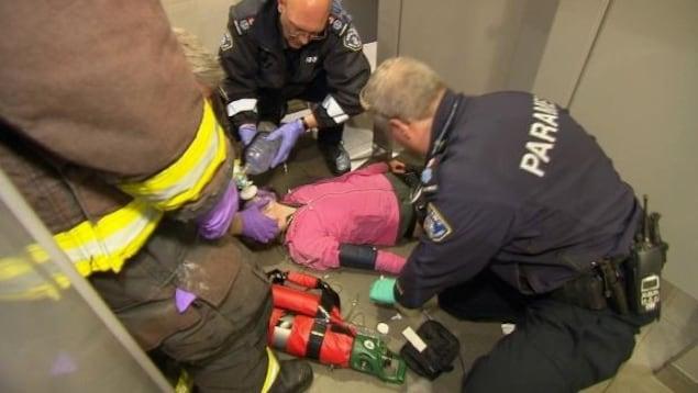 Les ambulanciers tentent de ranimer une femme qui a fait une surdose dans des toilettes publiques