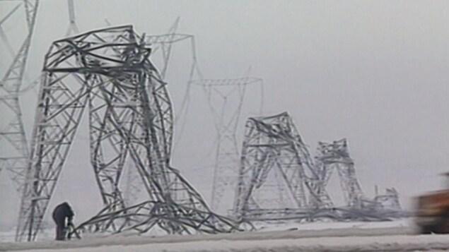 Des dizaines de pylônes électriques se sont effondrés lors de la crise du verglas.
