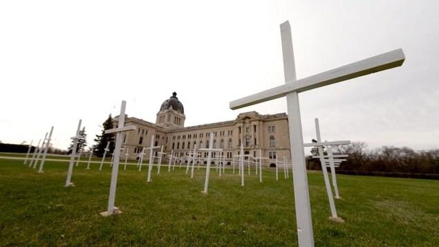 Des croix devant l'Assemblée législative de la Saskatchewan.