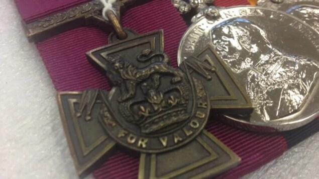 Photo de la médaille en forme de croix,