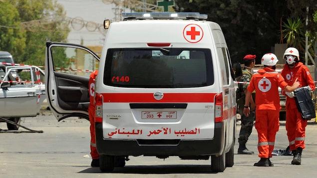 Un véhicule et du personnel de la Croix-Rouge libanaise.