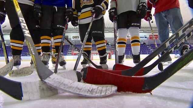 Des bâtons de hockey sur la glace.