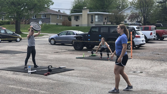 Des femmes s'entraînent dans un stationnement.
