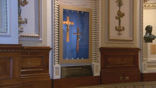 Les crucifix de 1936 et de 1982 du Salon bleu ont été accrochés dans une alcôve et sécurisés par une vitrine, quelques jours avant la rentrée parlementaire de septembre à l'Assemblée nationale du Québec.