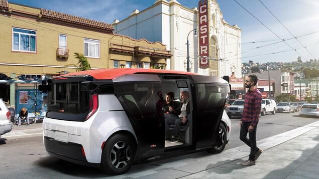 Photo concept de la voiture électrique autonome Cruise Origin dans les rues de San Francisco. Elle est rectangulaire et a des portes coulissantes.