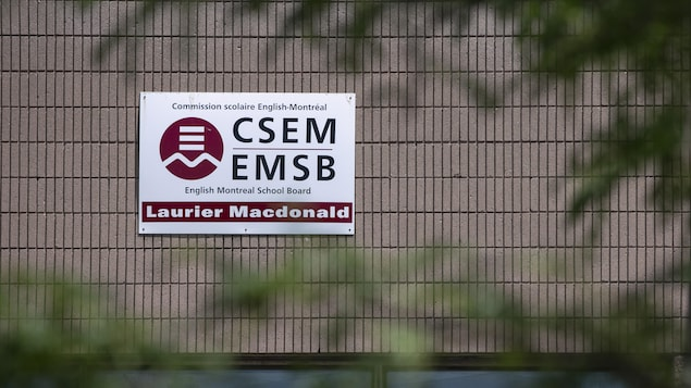 Un panneau de la CSEM sur un mur de l'école secondaire Laurier Macdonald, dans le quartier Saint-Léonard, à Montréal.