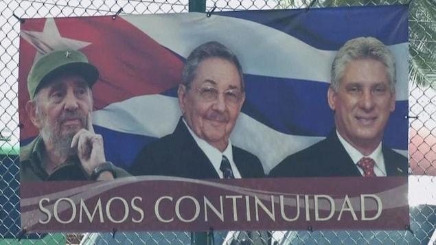 Une affiche illustrant Fidel et Raoul Castro en compagnie de Miguel Diaz Canel.