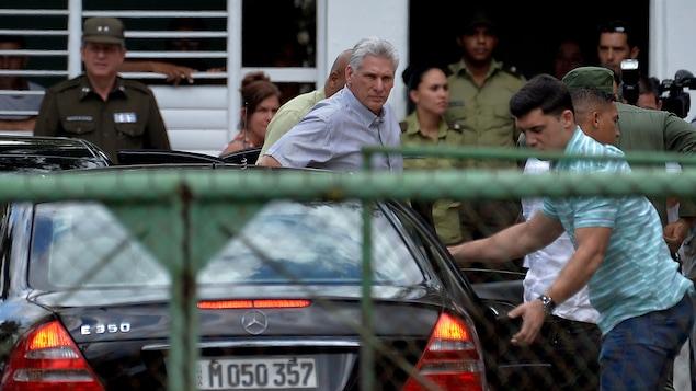 Le président cubain Miguel Diaz-Canel s'est rendu samedi à l'institut médico-légal de Boyeros.