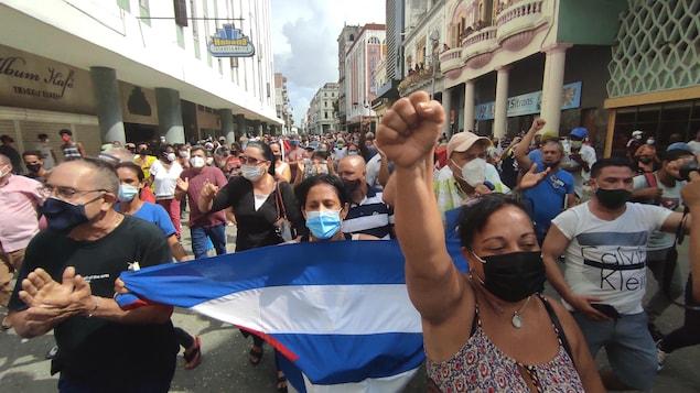 Des milliers de personnes dans la rue pour une manifestation.