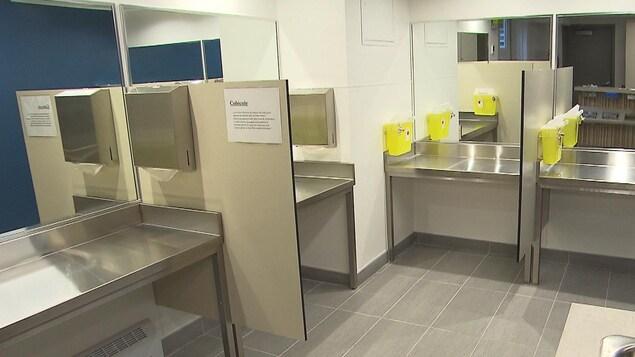 Des cubicules au centre d'injection supervisée de l'organisme Spectre de rue, à Montréal
