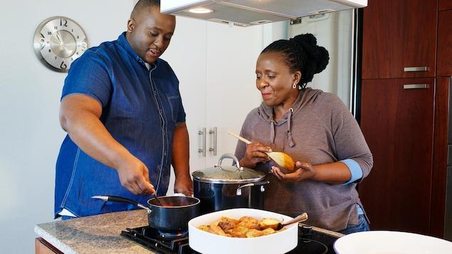 Un homme et une femme cuisinent;