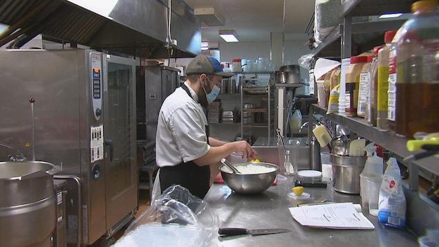 Un cuisinier dans une cuisine