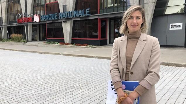 Gabrielle Desbiens se tient devant le Théâtre Banque Nationale.