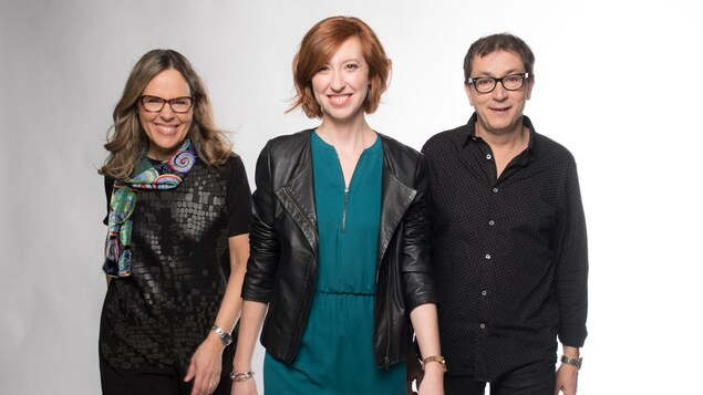 Mireille Langlois, Célyne Gagnon et Stéphane Gasc marchent vers le photographe en souriant.