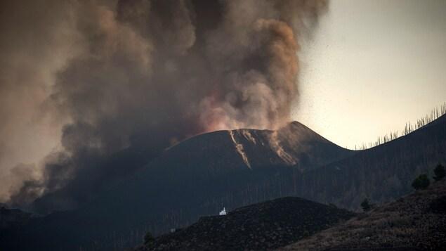 Des cendres s'échappent du volcan.