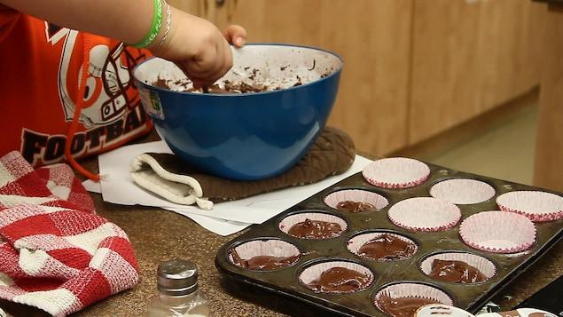 Les élèves ont eu à préparer une recette de gâteau avec seulement une seule mesure : 1/4 de tasse. Une façon concrète de bien comprendre le fonctionnement des fractions.