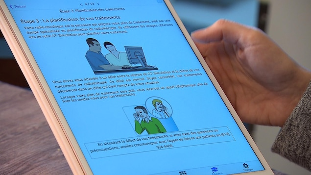 Une tablette sur laquelle on voit des images et du texte