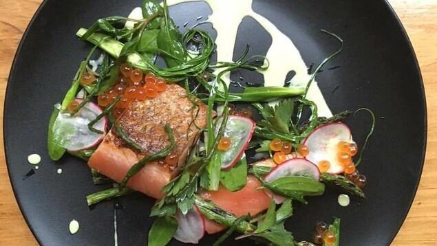 Gravlax de saumon saisi, salicorne, épinards de mer, salsifis sauvages, asperges grillées, émulsion d'huîtres.