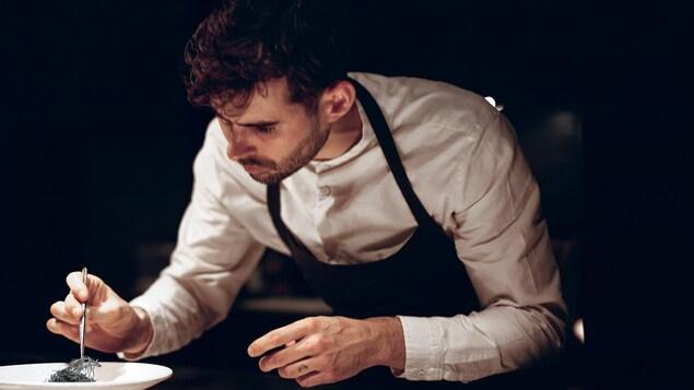 Francis Blais oeuvre dans les cuisines du restaurant Le Mousso sur la rue Ontario à Montréal.