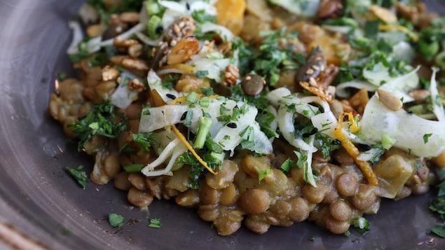 Chaque bouchée du dal végétarien offre un voyage aromatique au cœur de l'Inde.
