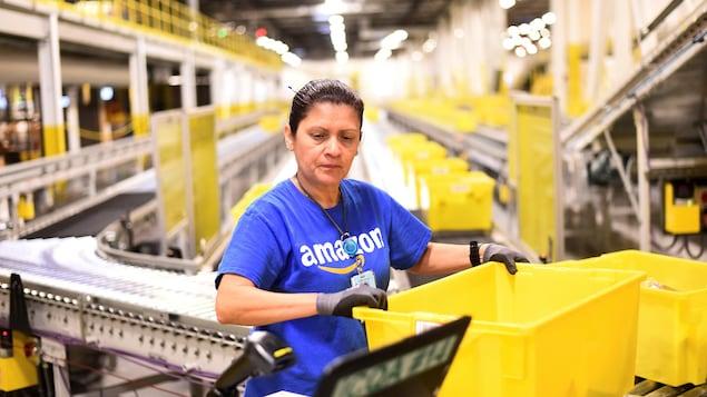 Une travailleuse d'Amazon à l'oeuvre dans un centre de traitement des États-Unis.