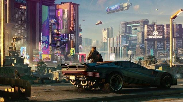 Un homme se tient devant une voiture en regardant une ville futuriste.