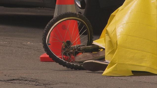 Un cycliste au sol après une collision.